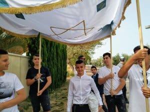 חתן בר מצווה בדרך לבית הכנסת