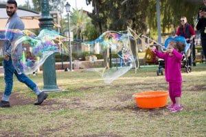 הפעלת ילדים עם בועות סבון ענקיות