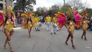 להקה ברזילאית עם תופים ורקדניות